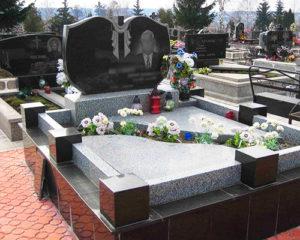 Гранитный цоколь на могилу с квадратными столбиками - Pomnivek.by