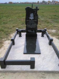 Памятник на могилу, вертикальный, с ограждением